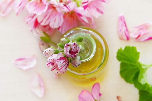 Składnikiem maści przeciwtrądzikowych często są naturalne kwiatowe olejki.
